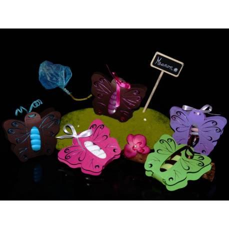 Boîte cartonnée en forme de papillon pouvant contenir entre 5 et 7 dragées.  Dimensions totale: 9 cm x 9 cm boite en platique papillon...