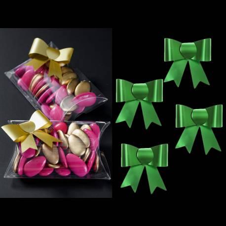 4 Petits noeuds autocollants de couleur verte Dimensions :5 x 4.5 cm Matière : pvc souple