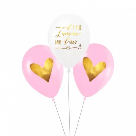 Ce lot de 3 ballons comprend :  - 1 ballon blanc opaque avec l'inscription «Il y a de l'amour dans l'air» en doré - 2 ballons roses...