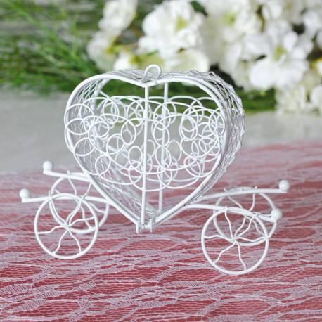 Mini carosse en métal blanc à poser sur vos table ou a offrir à vos invités, l'déal est d'accrocher un tulle rempli de...