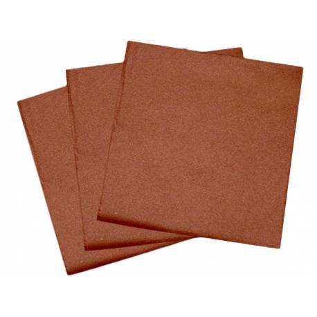 Paquetde 50 serviettes intissées couleur chocolat pour décorer vos tables de fêtes. Dimensions: 40 cm x 40 cm