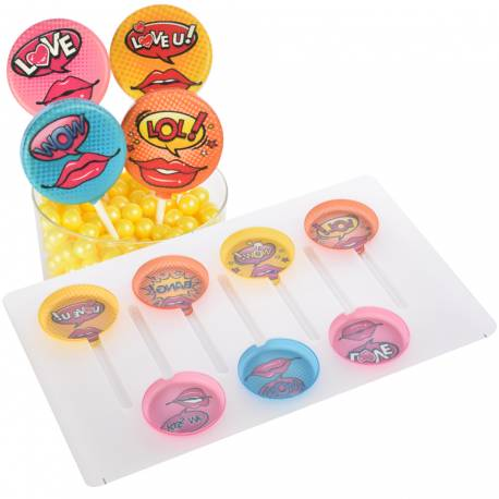 Kit pour réaliser 7 sucettes en chocolat décor amour façon comics Contient le moule imprimé et les bâtons Il suffit de faire fondre du...