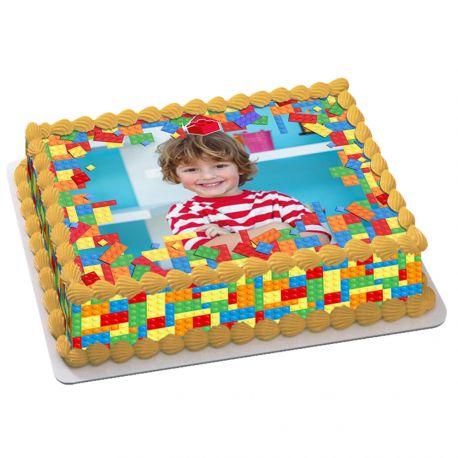 Kit décor en sucre Block Party pour réaliser un gâteau rectangle en 1 clin d'oeil pour l'anniversaire des passionnés de Lego ! Prévu...