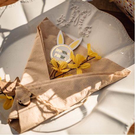Assortiment de 12 pics décor jaune et fuchsia lapin pour votre décoration de table ou de gâteau de pâques Dimensions: 11.5 et 14.5cm