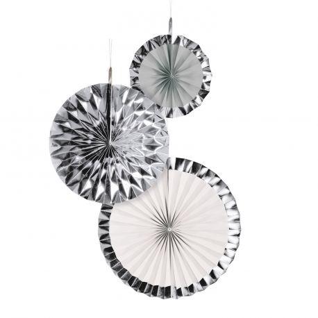 Assortiment de 3 suspensions éventail en papier dans les tons argent avec bords métallisés pour une décoration de fête...