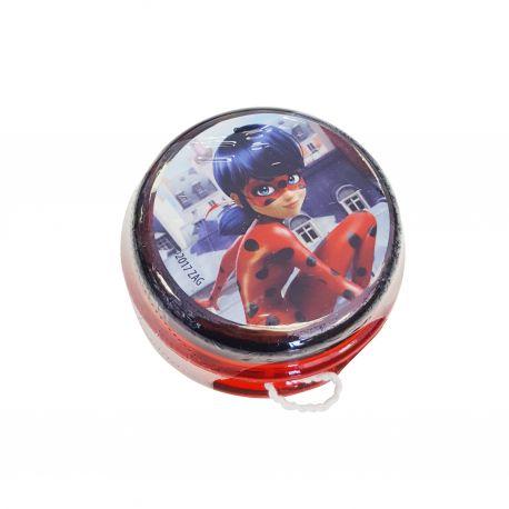 Yoyo à l'effigie de Ladybug, la célèbre héroïne du dessin animé Miraculous, il est rempli de chewing gum