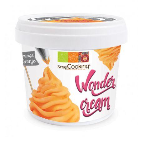 La Wonder cream est une préparation en poudre orange au goût vanille parfaite pour recouvrir facilement les cupcakes d'un glaçage...