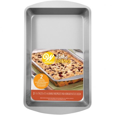 Le moule à gâteau rectangulaire en étain semi-jetable de Wilton est idéal pour cuire vos brownies ou autre gâteaux et...