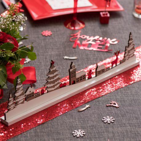 Centre de table village de Noël en bois rouge et taupe pour une belle décoration de table de NoëlDimensions: 45 x 3 x 10.5 cm
