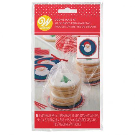 Emballez vos biscuits de Noël à l'aide de cette jolie trousse d'assiettes miniatures Père Noël signé Wilton...