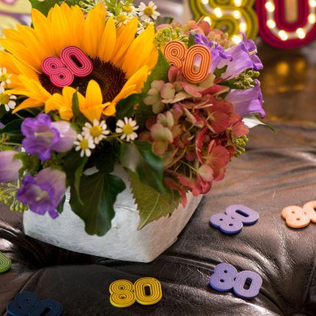 10 Confettis années 80 à parsemer en deco de table de fête ou d'anniversaire.Dimensions : 3 x 3 cm