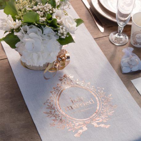 Chemin de table en coton décor Just Married métallisé Rose Gold Dimensions : Largeur 28 cm x longueur 3 mètres