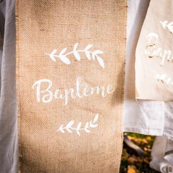 Chemin de table jute Baptème floqué or