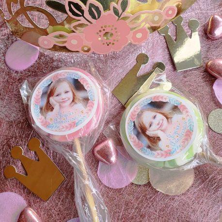 Lot de 10 sucettes personnalisées décor plumes pour vos fêtes, anniversaire et événements. Choisissez votre coloris à...