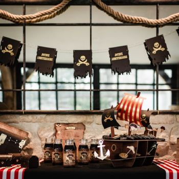 Guirlande fanions Joyeux anniversaire pirate noir et or 1.50m