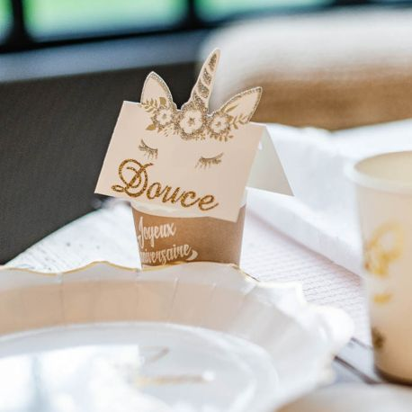 8 superbes marques places en carton avec dorure et bordures pailletés représentant une tête de licorne pour une belle décoration de fête...