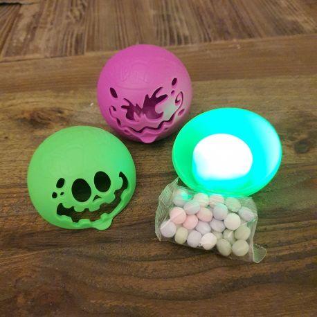 Boule en forme de monstre lumineux, dès que vous le bouger, il s'allume....les adultes ont testés....complètement addictif :)))Garni...