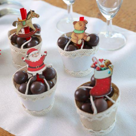 Assortiment de 4 pinces en bois en forme de Père Noël et jouets pour une belle décoration de table de NoëlDimensions : 3cm x 5cm