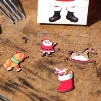 12 confettis en bois Père Noël et jouets