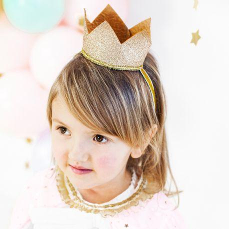 Superbe couronne en feutre pailleté or pour être la princesse d'un jour pour son anniversaireDimensions: Ø8.5cm
