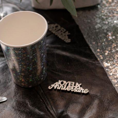 10 Confettis en bois Joyeux Anniversaire métallisés argent pour agrémenter une décoration de table de fête d'anniversaire Dimensions : 9...