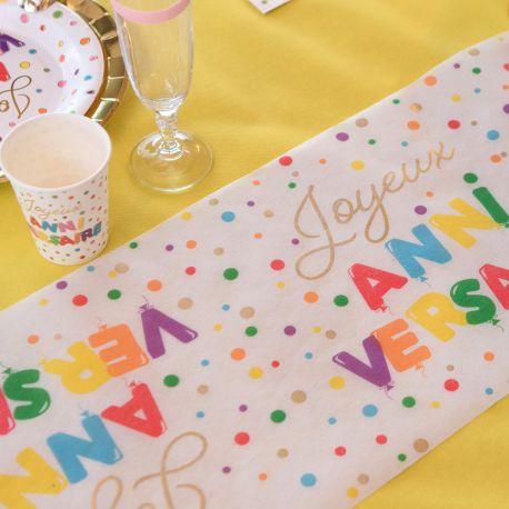 Chemin de table en tissu non tissé multicolore et or Joyeux Anniversaire pour une belle table de fête!Dimensions: 28cm x 3mètres