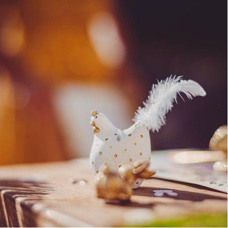 Cocotte blanche à pois or porte nom à poser sur votre belle table de pâquesDimensions: 6 x 5cm