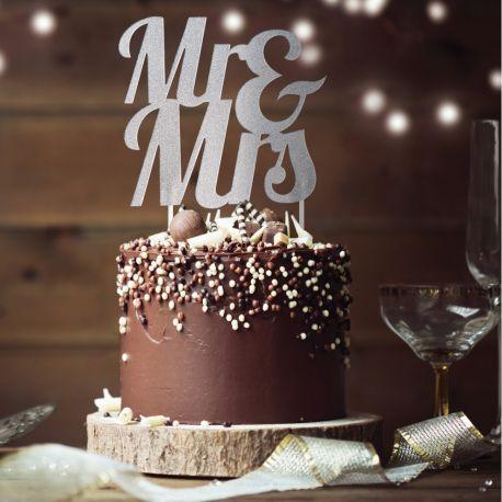 Décor Mrs & Mrs argent pailleté à piquer sur votre gâteau d'anniversaireDimensions: 18 x 23cm